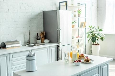 Hvitt kjøkken med kjøleskap / fryser
