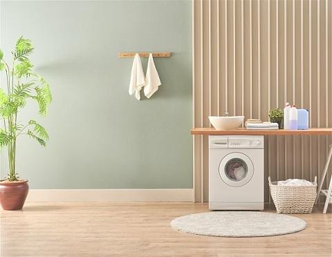 Vaskemaskin skiller seg ut i et vaskerom