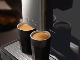 to kopper kaffe laget på en miele -espressomaskin