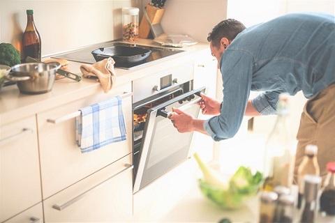 Mann ser inn i en ovn