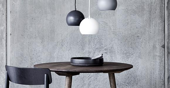 3 Frandsen Ball i hvid grå & sort hænger over et bord